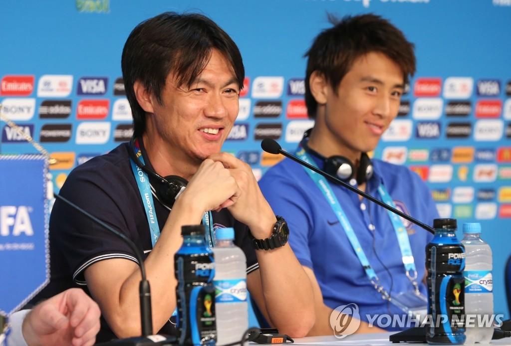 韩国队教练洪明甫赛前从容微笑