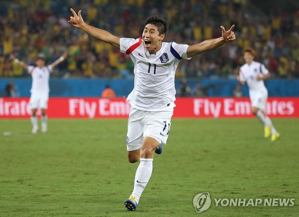 韩国前锋李根镐庆祝进球