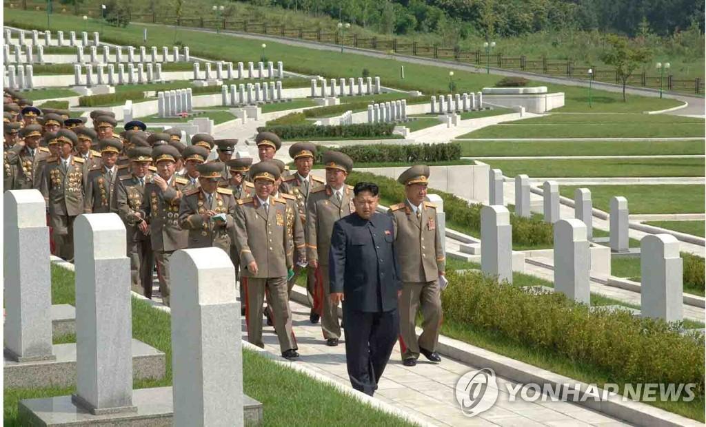 金正恩为纪念停战日参拜烈士陵园