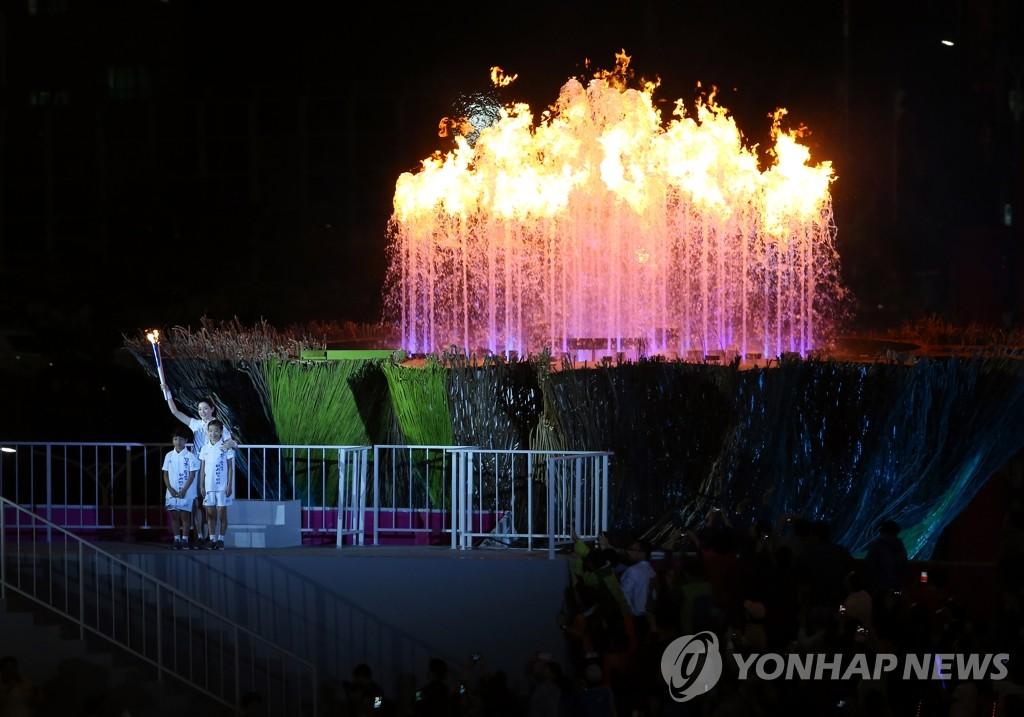 第17届亚运会开幕式 李英爱点燃圣火