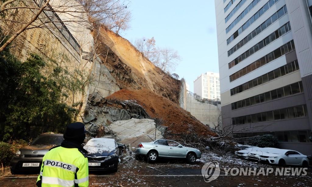 韩一公寓挡土墙坍塌致车辆被埋