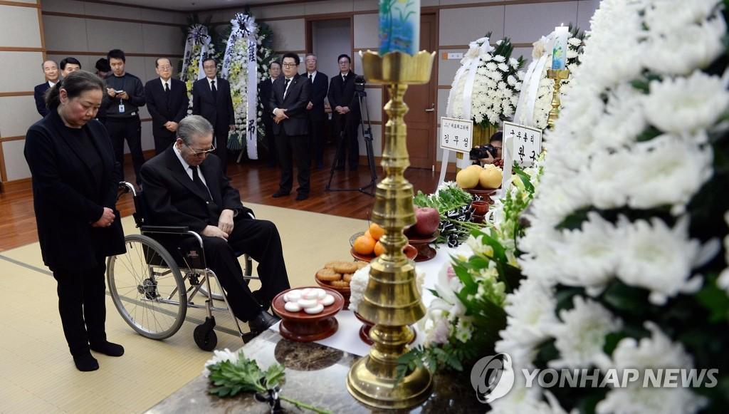 韩前总理金钟泌低头流泪悼念爱妻