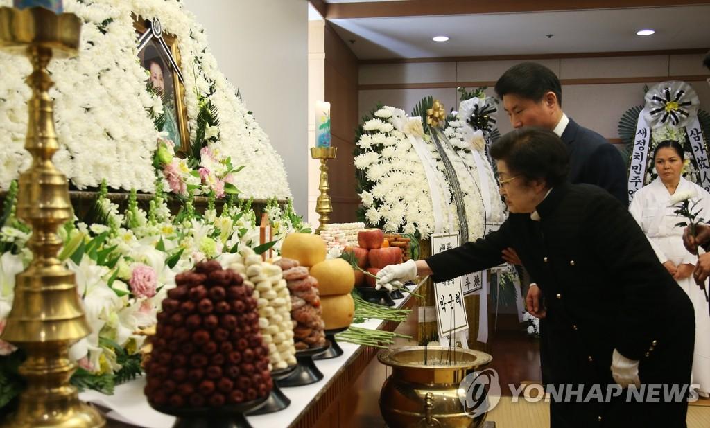 朴槿惠吊唁前总理金钟泌夫人逝世