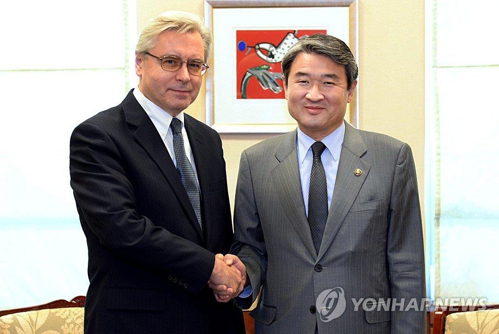 韩外交部次官赵太庸会见俄驻韩大使季莫宁