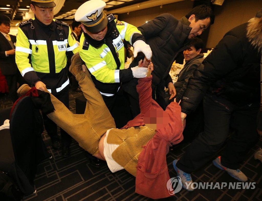 美驻韩大使遭袭 现行犯被抓