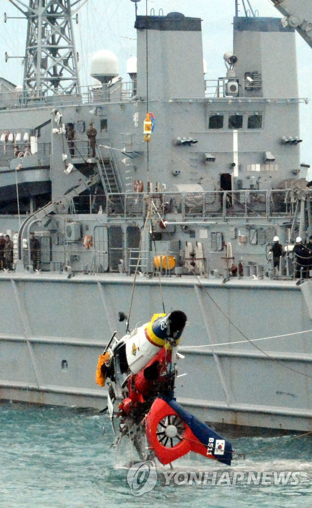 韩失事直升机残骸被打捞出水