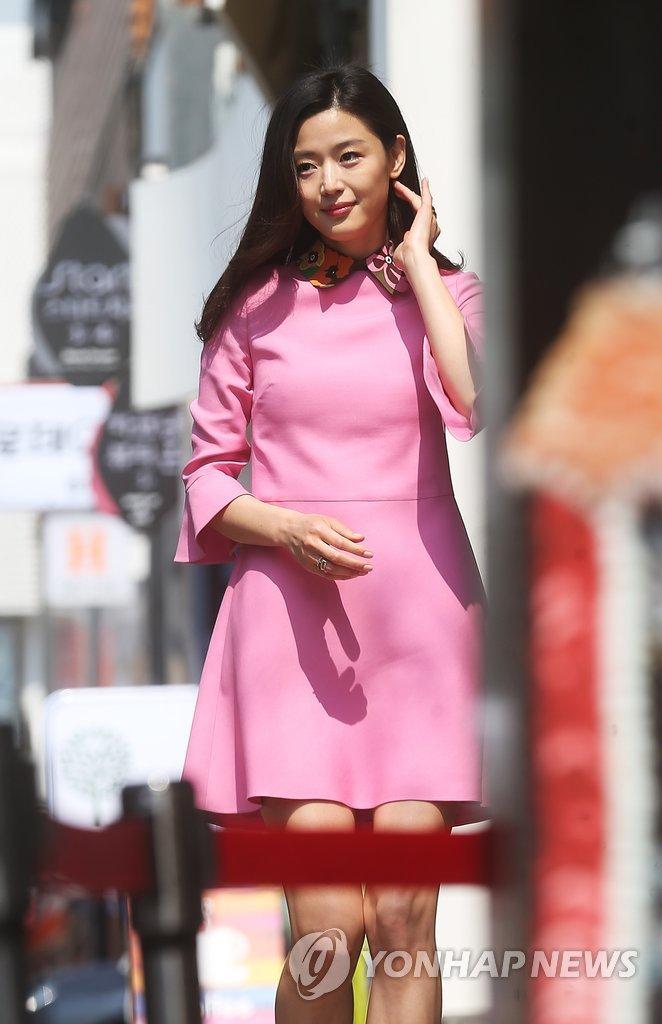 韩星全智贤登中马越6地ELLE杂志封面