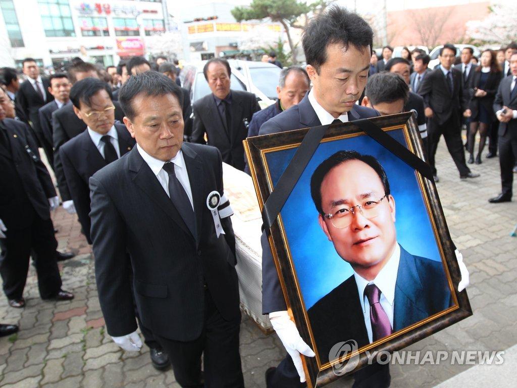 韩资源外交贪腐案嫌疑人殡葬礼拜