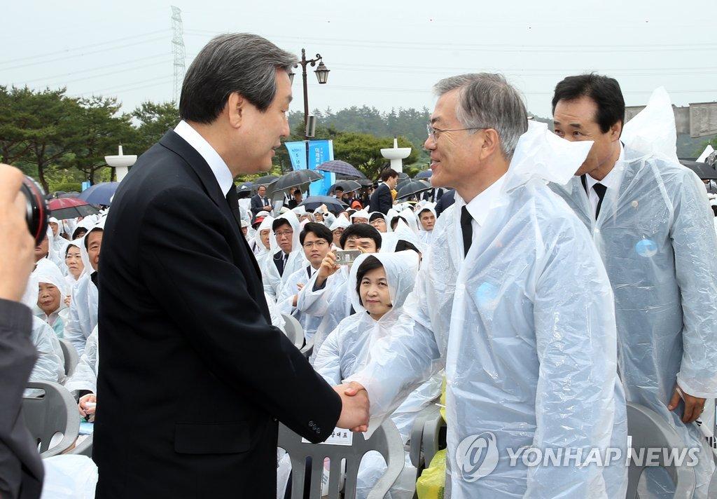 韩朝野党首出席光州民主化运动纪念仪式