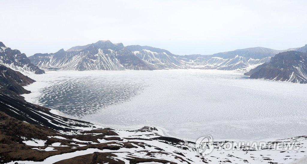 朝鲜白头山探险队天池畔过年厨体两开花