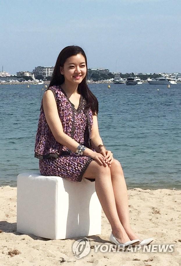 韩星高雅星戛纳海滩微笑迷人