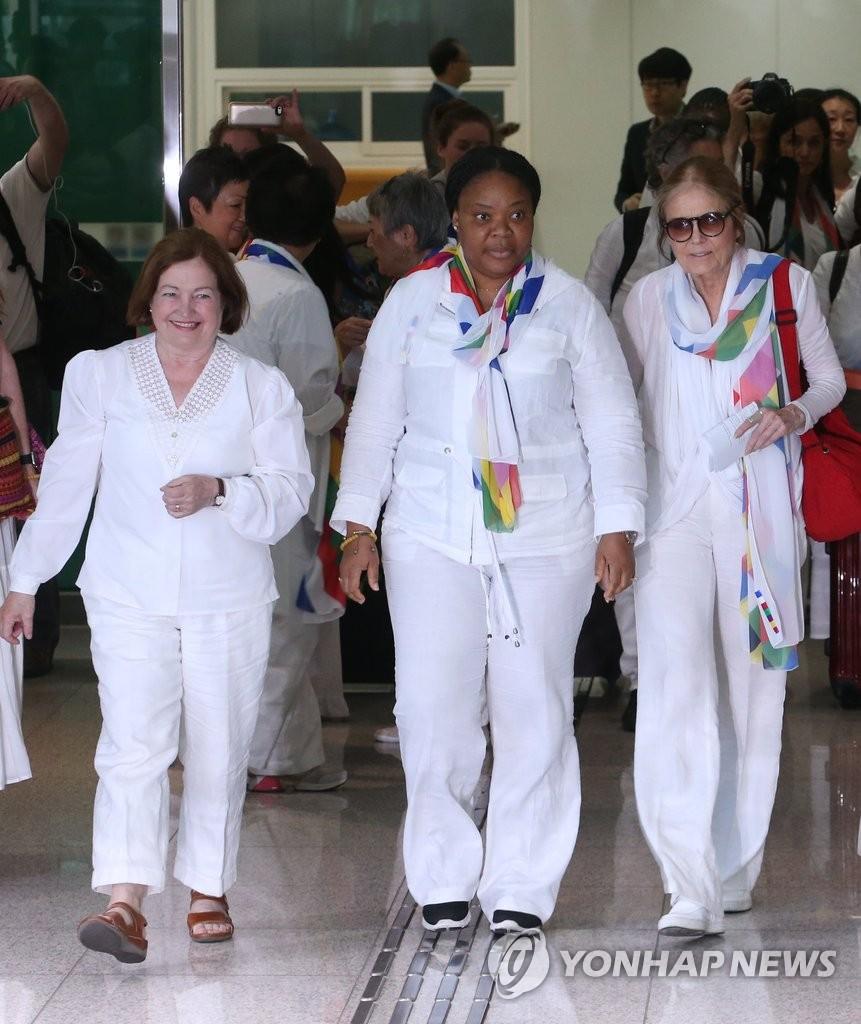 国际女性活动家穿越DMZ入境韩国