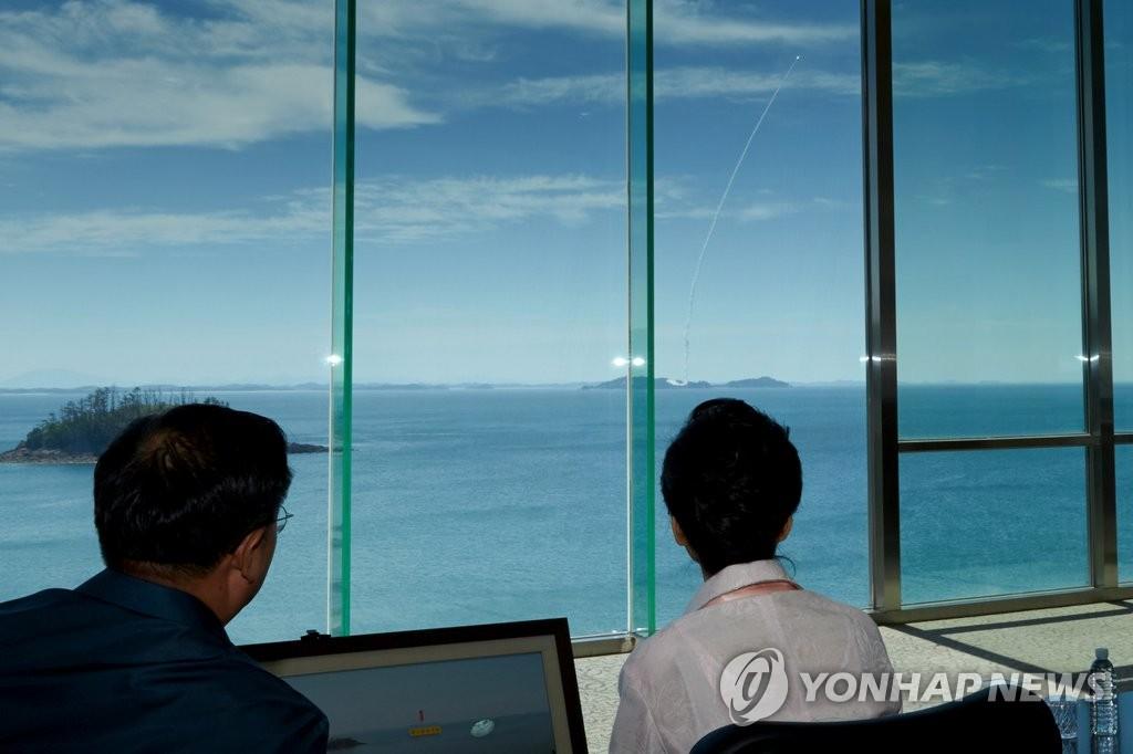 朴槿惠现场观看韩国弹道导弹试射