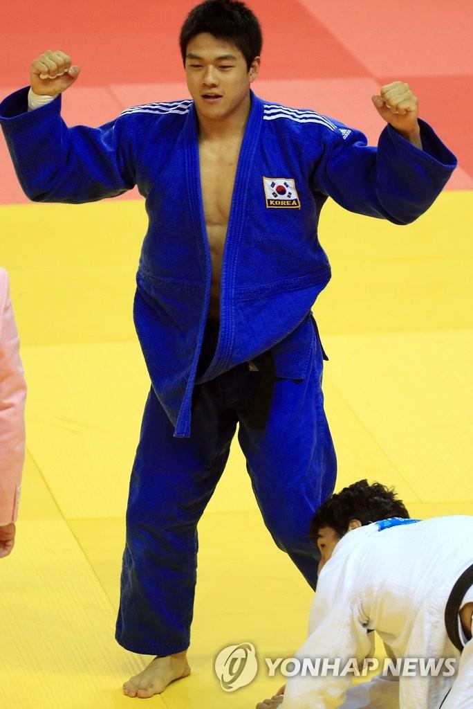 韩柔道运动员郭东韩夺男子90公斤级金牌