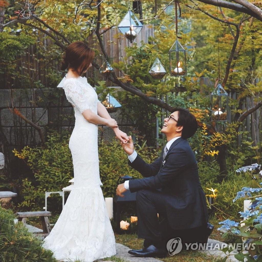 裴勇俊公开婚纱照