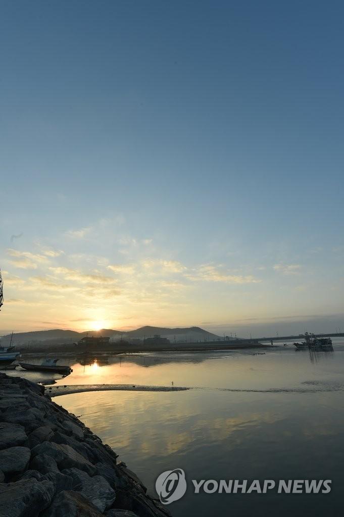韩国西部海岸小渔港晚霞美景如画
