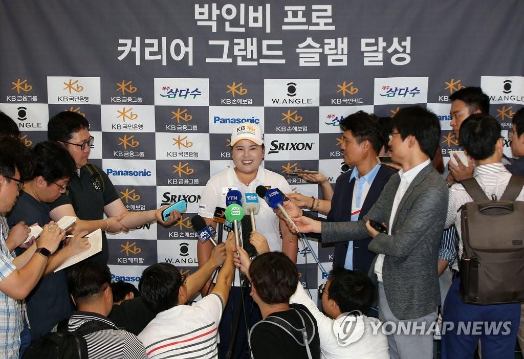 朴仁妃回国 吸引大批记者到场采访