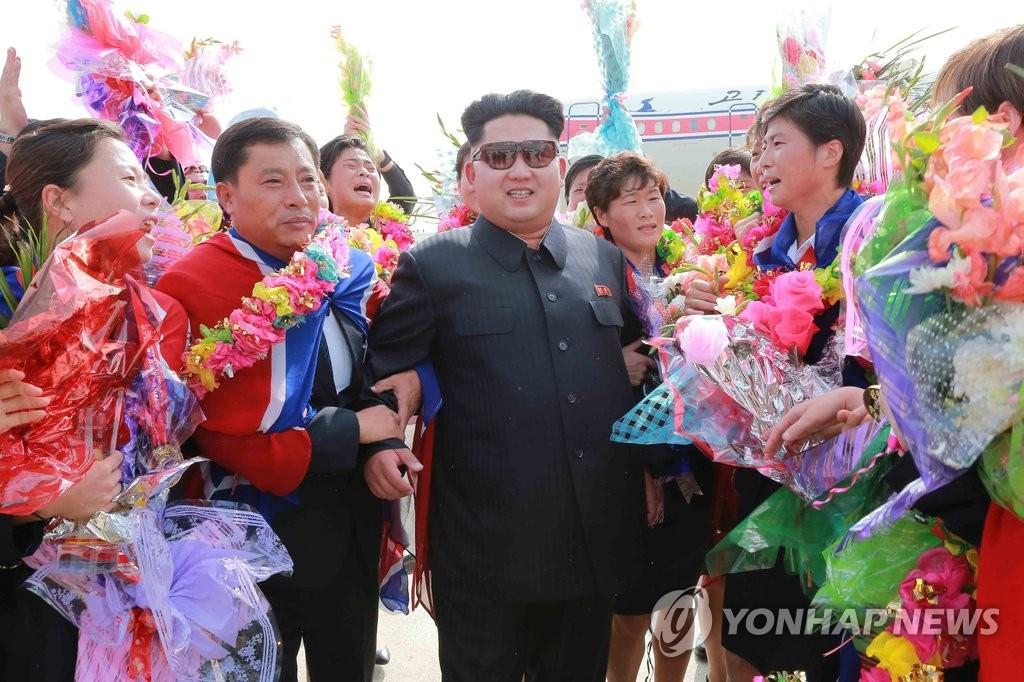 朝鲜女足凯旋归来 金正恩机场迎接