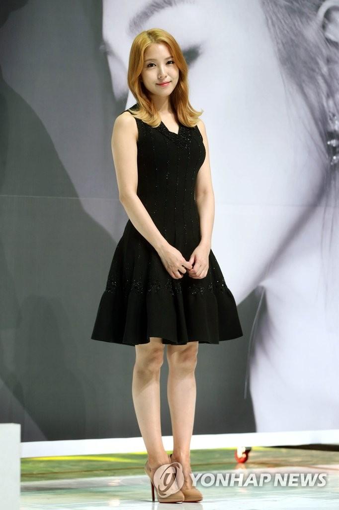 宝儿穿黑色连衣裙优雅迷人