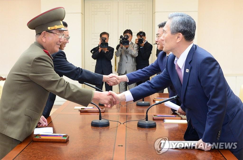 韩朝代表握手示意