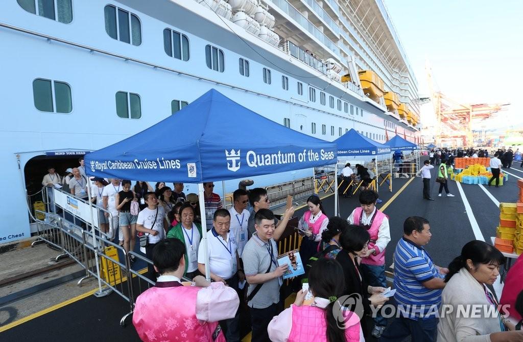 """亚洲最大豪华邮轮""""海洋量子号""""抵韩"""
