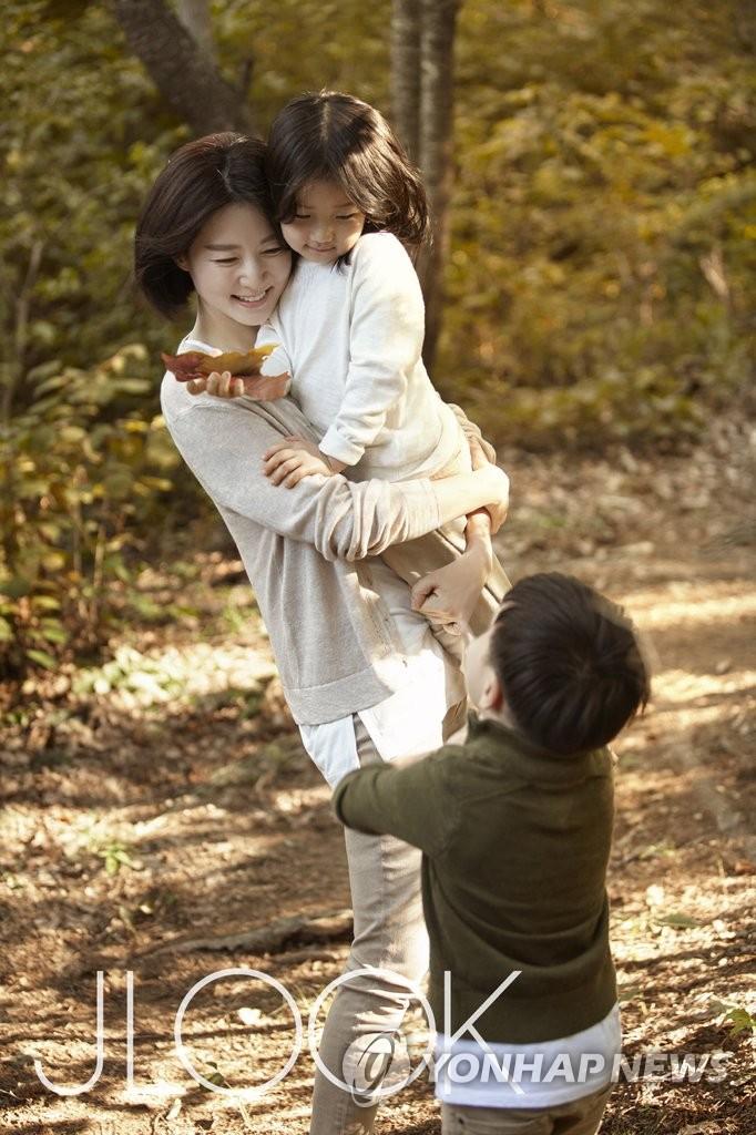 李英爱携子女登杂志画报