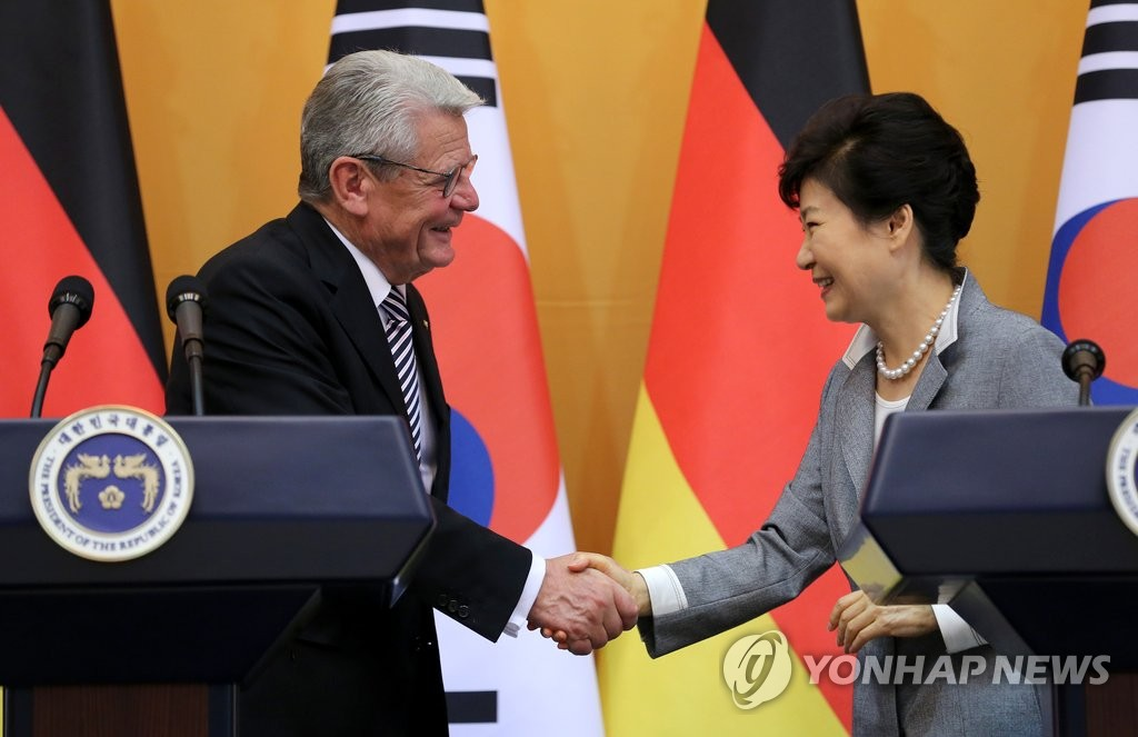"""德国总统高克获颁""""首尔荣誉市民""""证书"""