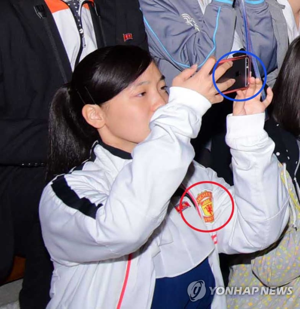 朝鲜少女也跟风用起苹果手机