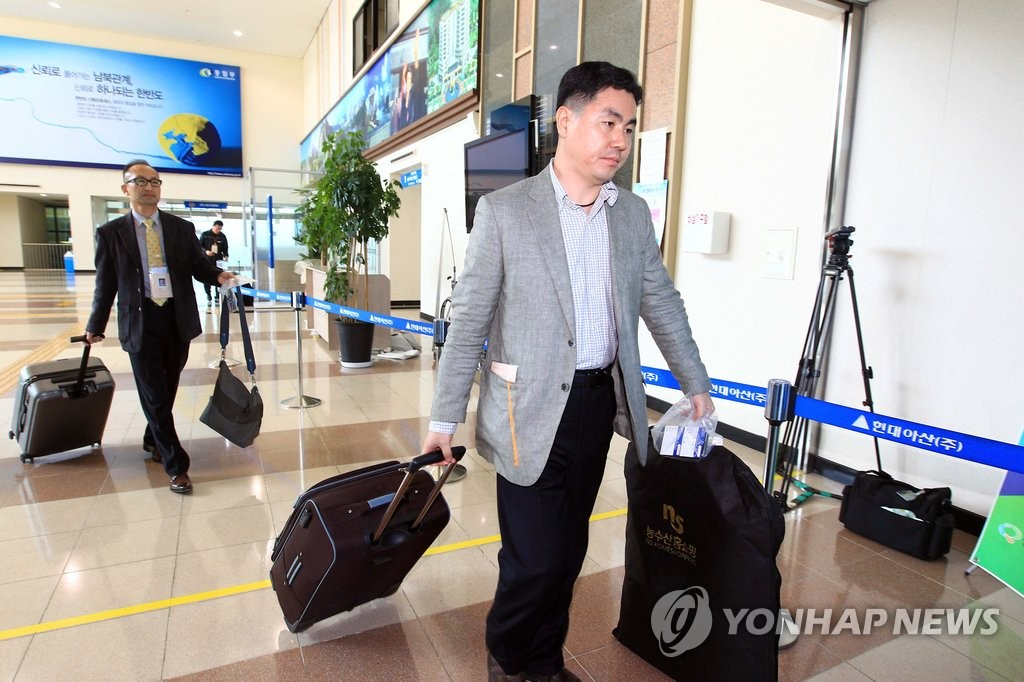 韩国先遣队赴朝准备离散家属团聚活动