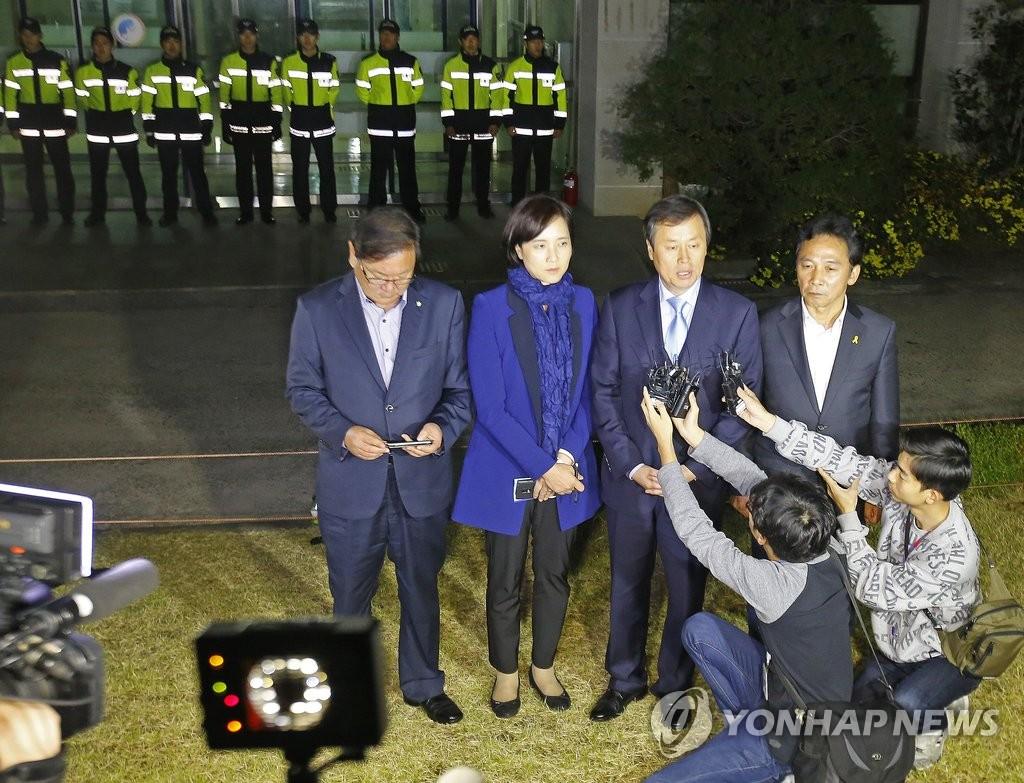 """韩在野党夜袭""""国定教科书秘密小组"""""""