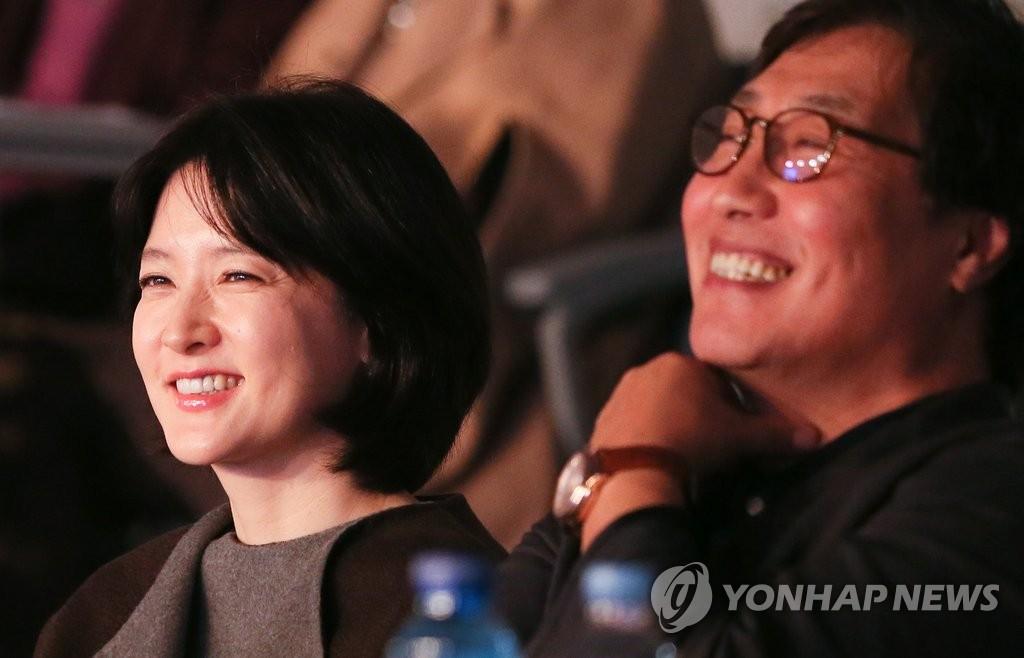 李英爱与丈夫出席慈善音乐会