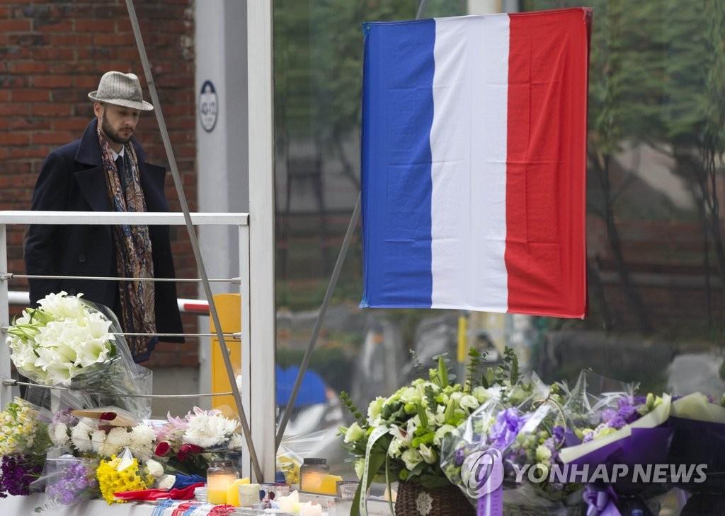 献给遇难者的鲜花与蜡烛