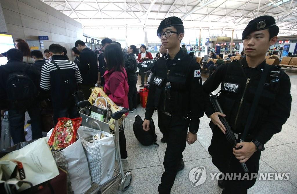 仁川机场武警加强巡逻 预防恐怖袭击