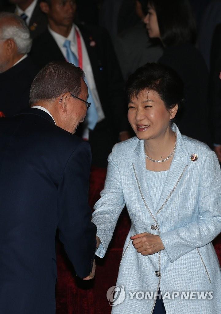 朴槿惠与联合国秘书长潘基文握手