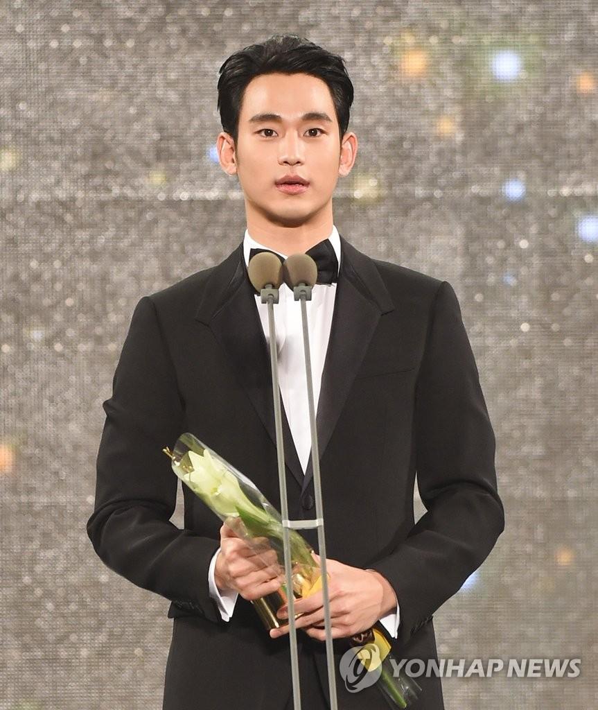 "金秀贤斩获""2015年APAN STAR AWARDS""大奖"