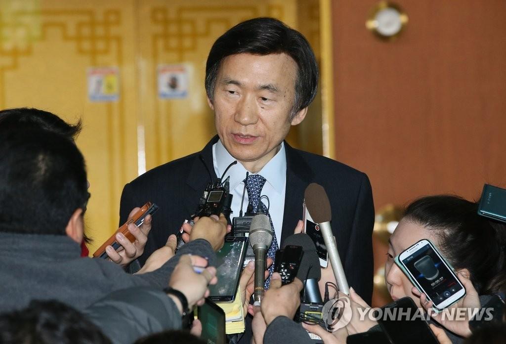 尹炳世就韩日外长会谈接受采访
