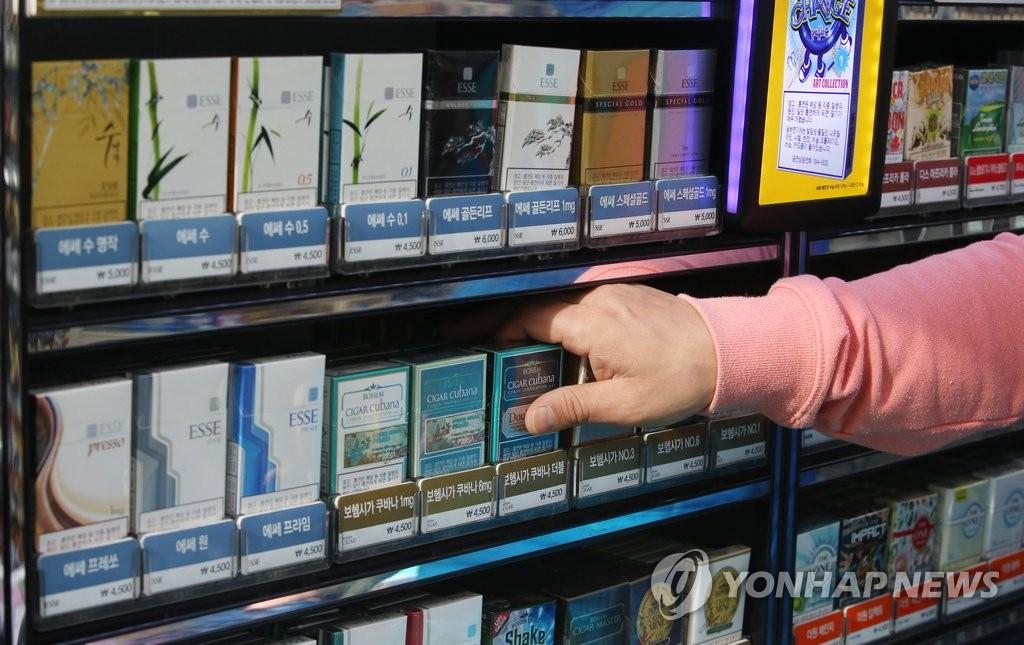 资料图片:便利店里陈列着各种香烟产品。(韩联社)