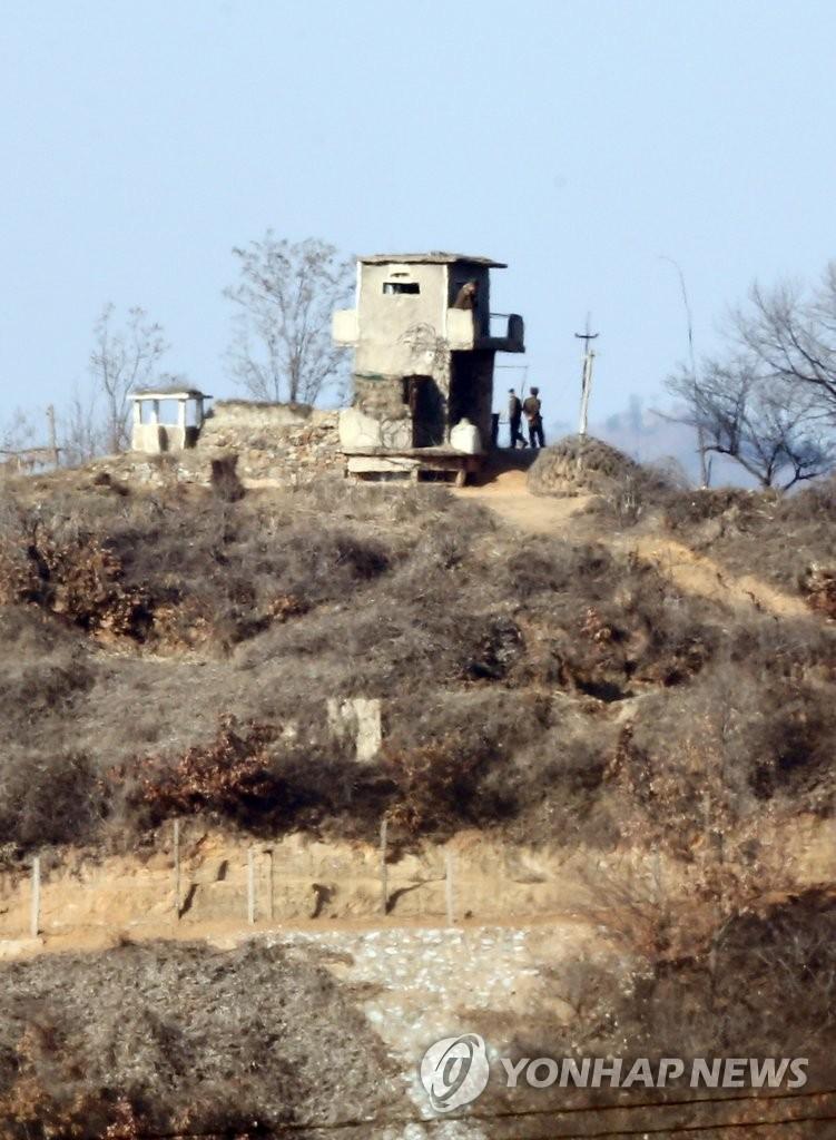 注视韩军动向的朝鲜官兵