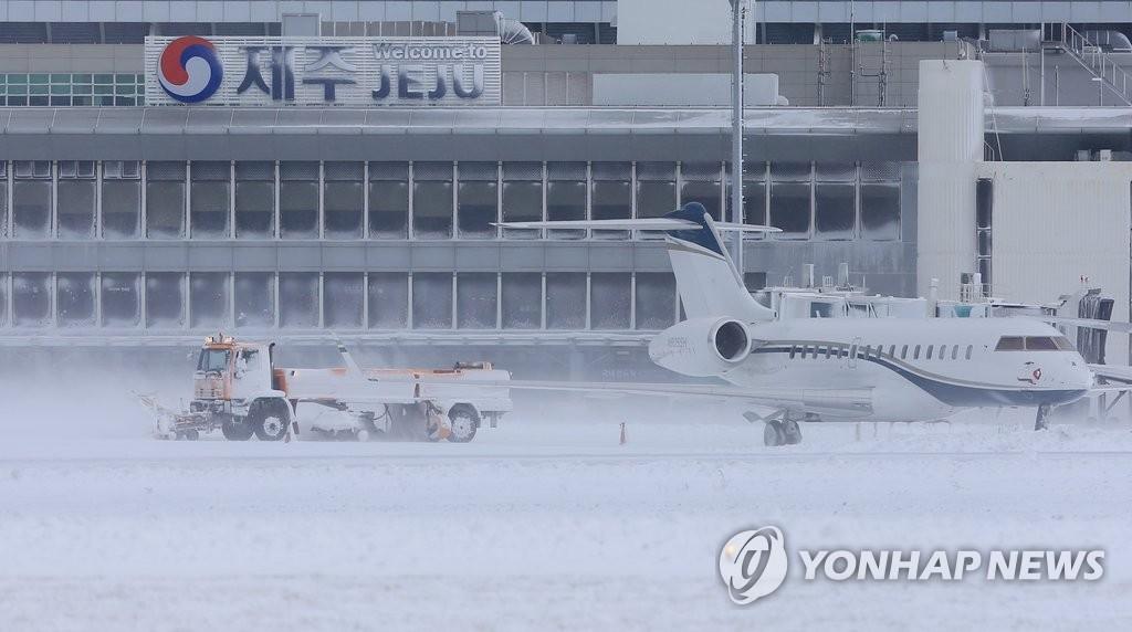 济州机场因强降雪暂停航班起降