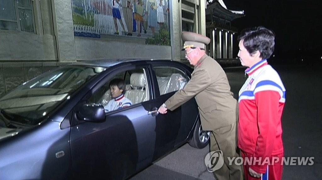 朝女足代表队选手乘坐豪华车