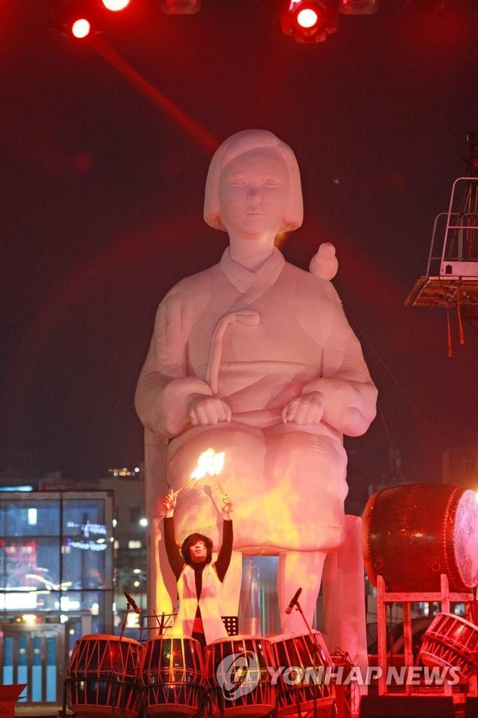 韩市民表演抗议韩日慰安妇问题协议