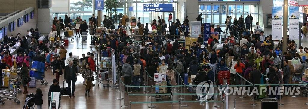 韩机场节前迎出境游高峰
