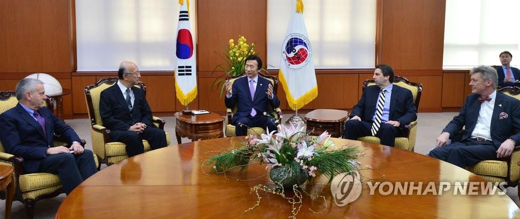 韩外长会见驻韩美日澳欧盟大使