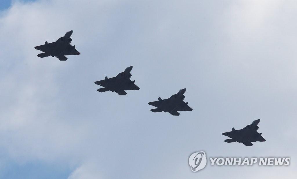 美军F-22战机出现在半岛上空