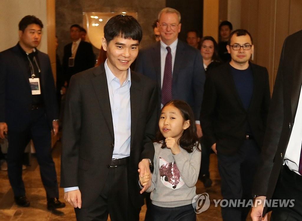 资料图片:2016年3月,李世石在与阿尔法围棋对弈前牵着女儿的手入场。 韩联社