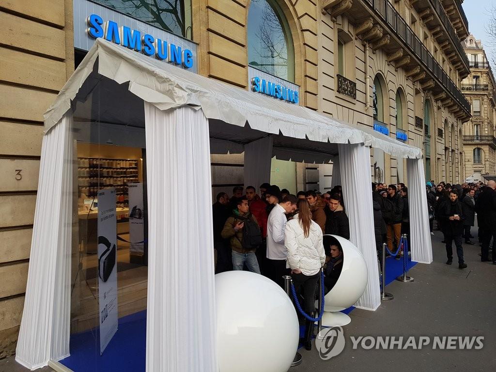法国用户排队购买三星Galaxy S7