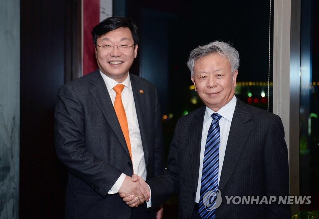 韩经贸部长会见亚投行行长金立群