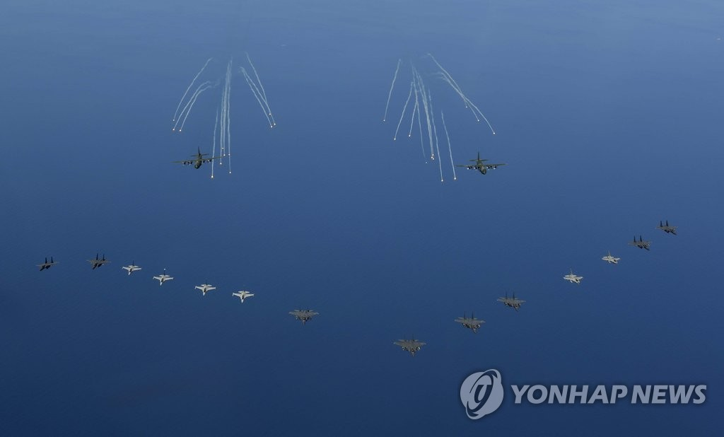 韩空军实施攻击编队演习