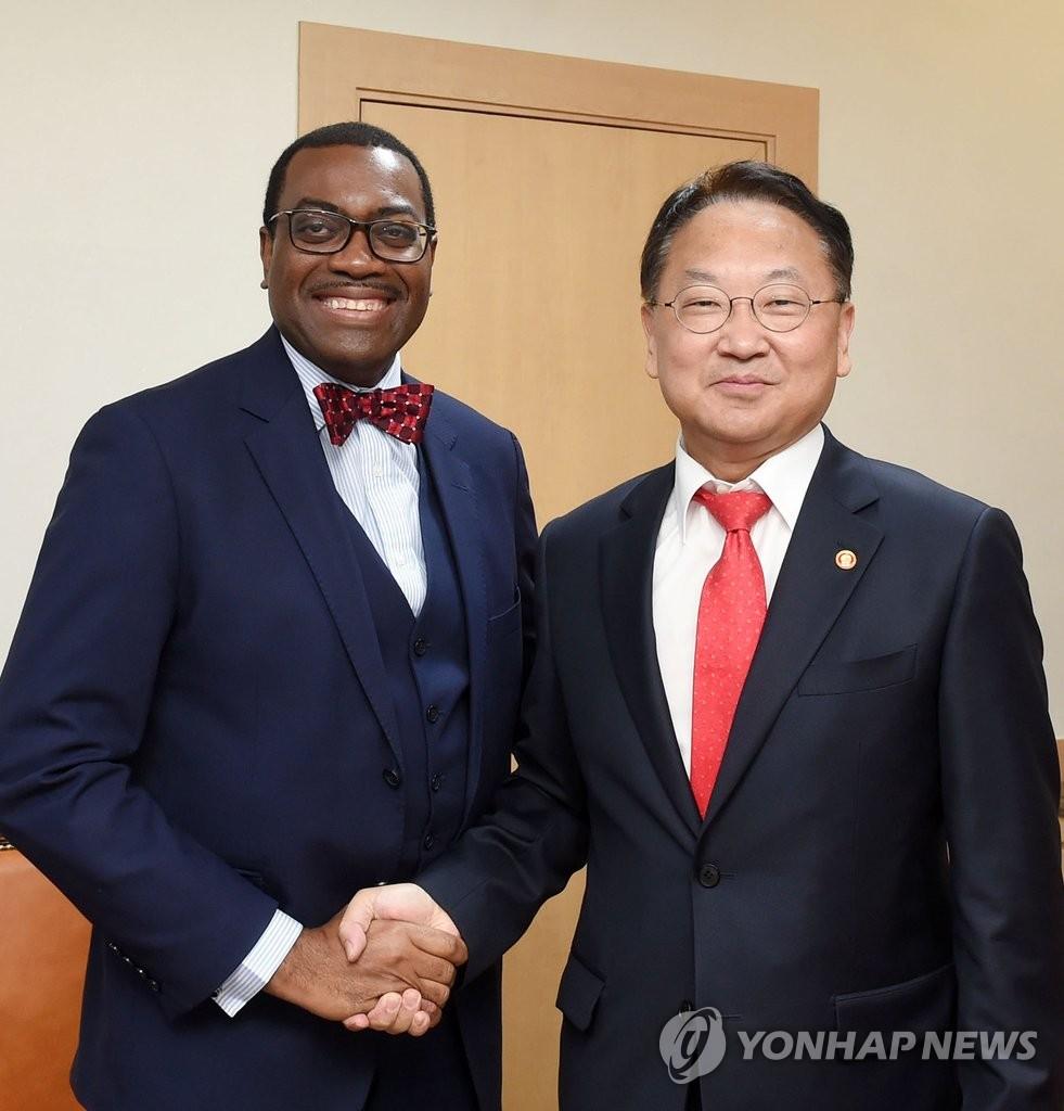 韩财长会见非洲发展银行行长