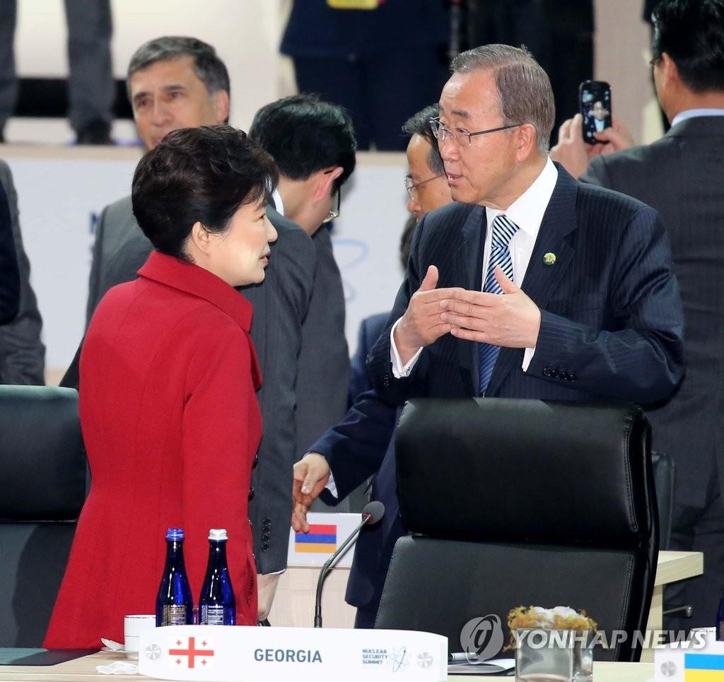 朴槿惠与联合国秘书长潘基文交谈